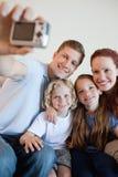 Pai que toma o retrato da família com came do digi imagem de stock