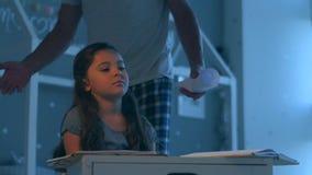 Pai restrito que pune sua filha para não fazer sua atribuição home video estoque
