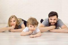Pai Son Lying da mãe no assoalho Tiro do retrato do estúdio Imagem de Stock Royalty Free