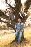 Pai Standing With Sons acima no carvalho Fotos de Stock Royalty Free