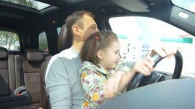 Pai Teaches Daughter para conduzir o close up das fotos da mãe vídeos de arquivo