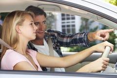 Pai Teaching Teenage Daughter a conduzir Imagens de Stock Royalty Free