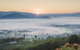 Pai Thailand-Landschaft mit Nebel in den Tälern bei Sonnenaufgang lizenzfreies stockfoto