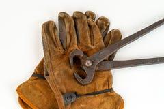 Paia d'annata di taglio le pinze delle pinze e dei guanti del lavoro immagine stock libera da diritti
