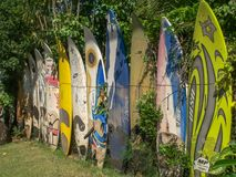 PAIA, DE VERENIGDE STATEN VAN AMERIKA - AUGUSTUS 10 2015: een inzameling van oude teruggetrokken windsurfing raad bij paia op Mau royalty-vrije stock foto