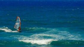 PAIA, DE VERENIGDE STATEN VAN AMERIKA - AUGUSTUS 10 2015: een windsurfer op een upwind bereik bij ho 'okipa royalty-vrije stock foto's