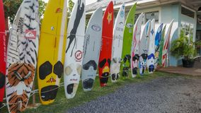 PAIA, DE VERENIGDE STATEN VAN AMERIKA - AUGUSTUS 10 2015: oude windsurfing raad bij de stad van paia op Maui stock afbeelding