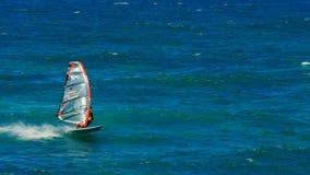 PAIA, DE VERENIGDE STATEN VAN AMERIKA - AUGUSTUS 10 2015: snak schot van een windsurfer op een bereik met de wind mee bij strand  stock foto's