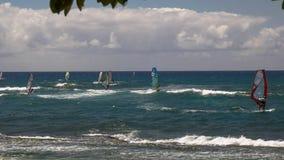 PAIA, DE VERENIGDE STATEN VAN AMERIKA - AUGUSTUS 10 2015: wijd geschoten van een aantal windsurfers bij strand van ho het 'okipa stock afbeelding
