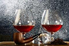 Paia dei bicchieri da brandy di brandy con il tubo di fumo Fotografia Stock