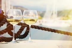 Paia dei bicchieri di vino contro gli yacht Fotografia Stock Libera da Diritti