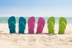 Paia dei flip-flop sulla spiaggia Immagine Stock Libera da Diritti