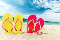 Paia dei flip-flop sulla spiaggia, concetto di vacanza Fotografia Stock Libera da Diritti