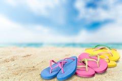 Paia dei flip-flop sulla spiaggia, concetto di vacanza Fotografia Stock