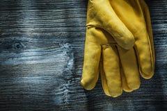 Paia dei guanti di sicurezza sul bordo di legno fotografia stock libera da diritti
