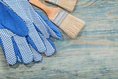 Paia dei pennelli dei guanti di sicurezza sulla costruzione del bordo di legno Fotografia Stock