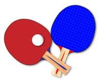 Paia dei pipistrelli di ping-pong con Ping Pong Balls On White Fotografia Stock Libera da Diritti