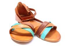 Paia dei sandali femminili su fondo bianco Fotografie Stock
