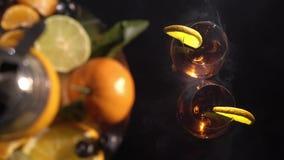 Paia dei vetri con il vino della bevanda della bevanda alcolica e del narghilé con i frutti archivi video