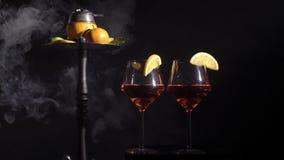 Paia dei vetri con il vino della bevanda della bevanda alcolica e del narghilé con i frutti video d archivio