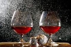 Paia dei vetri e dei cubetti di ghiaccio del cognac Fotografie Stock