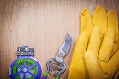 Paia del legame di cavo molle del pruner tagliente del giardino dei guanti protettivi su w Fotografia Stock Libera da Diritti