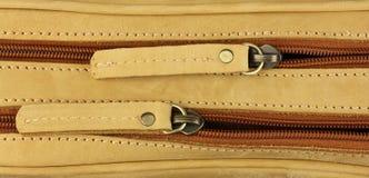 Paia delle chiusure lampo sulla borsa di cuoio gialla, una dietro Immagini Stock Libere da Diritti