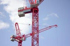 Paia delle gru a torre rosse Il Regno Unito Fotografie Stock Libere da Diritti