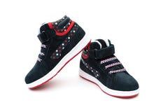 Paia delle scarpe alla moda nere per il bambino su bianco fotografia stock