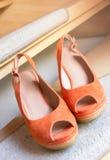 Paia delle scarpe arancio di signora Fotografia Stock