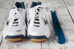 paia delle scarpe bianche di sport su fondo di legno, paia di Sn bianco Fotografia Stock Libera da Diritti
