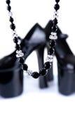 Paia delle scarpe con la zeppa nere con la collana Fotografia Stock Libera da Diritti