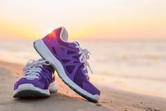 Paia delle scarpe da corsa sulla spiaggia Fotografia Stock Libera da Diritti