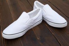 Paia delle scarpe da tennis bianche fotografia stock libera da diritti