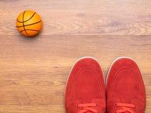 Paia delle scarpe da tennis e della palla del canestro Immagini Stock