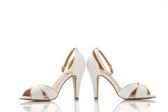 Paia delle scarpe delle donne bianche isolate sopra bianco Immagine Stock Libera da Diritti