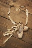 Paia delle scarpe di balletto con il nastro nella forma del cuore Fotografia Stock