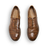 Paia delle scarpe di cuoio marroni degli uomini isolate su bianco Immagine Stock