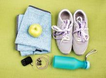 Paia delle scarpe di sport e degli accessori di forma fisica Immagini Stock