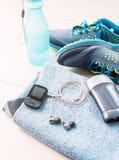 Paia delle scarpe di sport e degli accessori di forma fisica Fotografia Stock Libera da Diritti