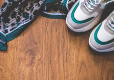 Paia delle scarpe di sport su fondo di legno Nuovi scarpe da tennis e spazio per il testo dell'annuncio fotografie stock libere da diritti