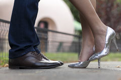 Paia delle scarpe di una coppia nell'amore Fotografia Stock