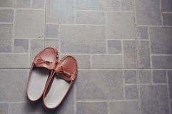 Paia delle scarpe marroni sulla terra immagine stock libera da diritti