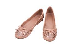 Paia delle scarpe piane del ` beige delle signore isolate su fondo bianco Fotografia Stock Libera da Diritti