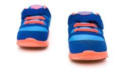 Paia delle scarpe sportive blu per il bambino Fotografie Stock