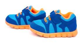 Paia delle scarpe sportive blu per il bambino Fotografia Stock Libera da Diritti