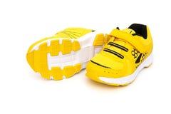 Paia delle scarpe sportive gialle per il bambino Fotografia Stock Libera da Diritti