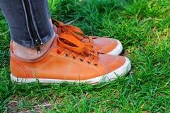 Paia delle scarpe su erba verde fotografia stock