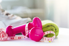 Paia delle teste di legno rosa di forma fisica con il nastro di centimetro su luminoso Fotografie Stock Libere da Diritti