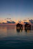 Paia delle ville dell'acqua all'alba Maldive  Immagini Stock Libere da Diritti